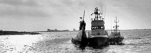 Den ryska ubåten U 137 på grund i Karlskrona skärgård. Foto: Hans G Friberg/BLT
