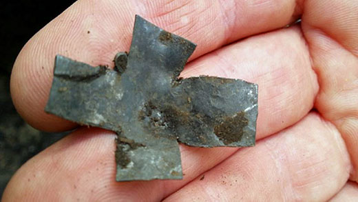Kors i silver (eller kanske bly). Foto: Sigtuna kommun