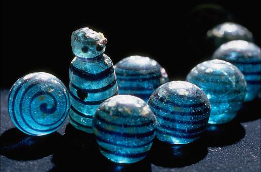 Spelpjäser i glas från kammargraven. Foto: Statens historiska museum
