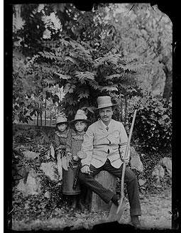 August Strindberg och döttrarna i trädgården i Gersau, Schweiz, 1886. Självporträtt.