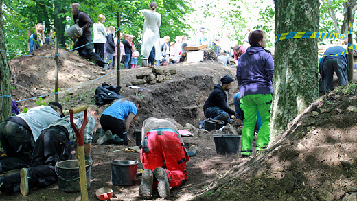 Utgrävningsschakt på södra sidan av kyrkan. Foto: Göteborgs universitet