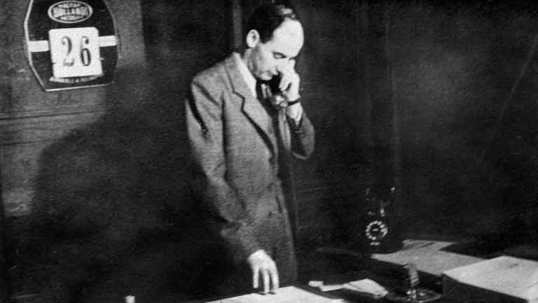 Raoul Wallenberg på sitt kontor på svenska legationen i Budapest 1945.