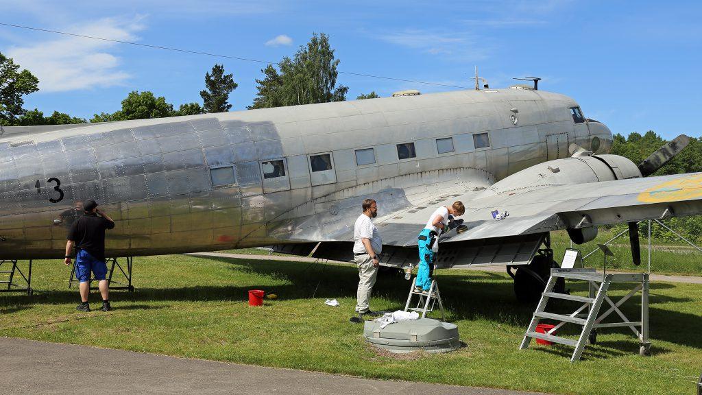 Frivilliga putsar på DC-3:an. Foto: Torsten Nilsson/Flygvapenmuseum