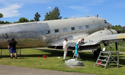 Frivilliga polerar Flygvapenmuseums DC-3