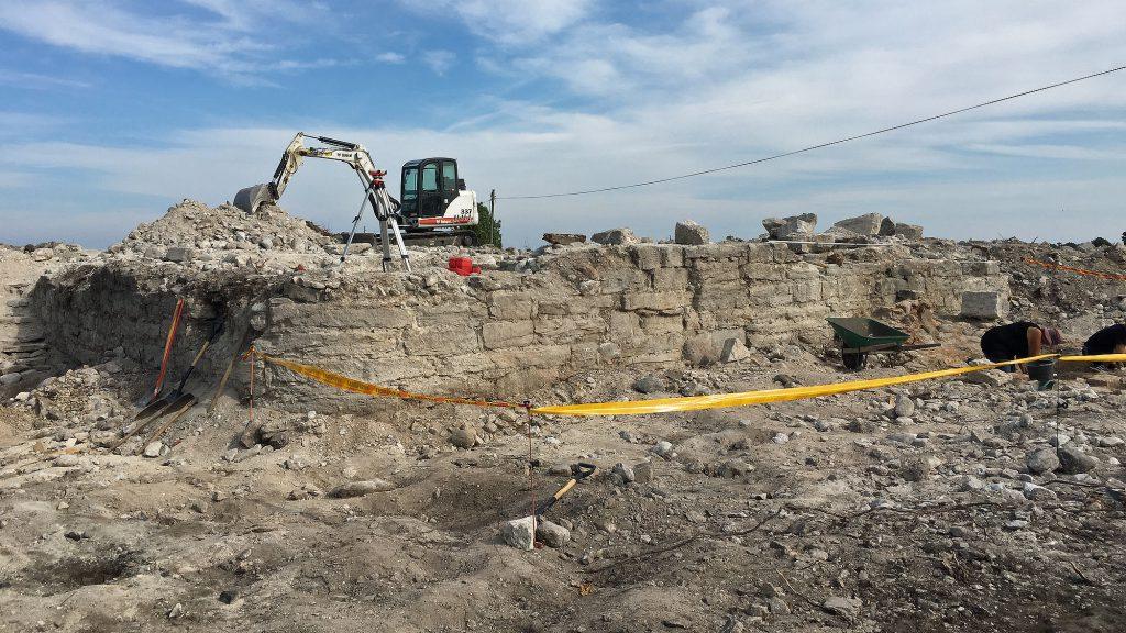 Delar av husväggarna som grävdes fram i Hamra. Foto: Christian Hoffman/Arendus