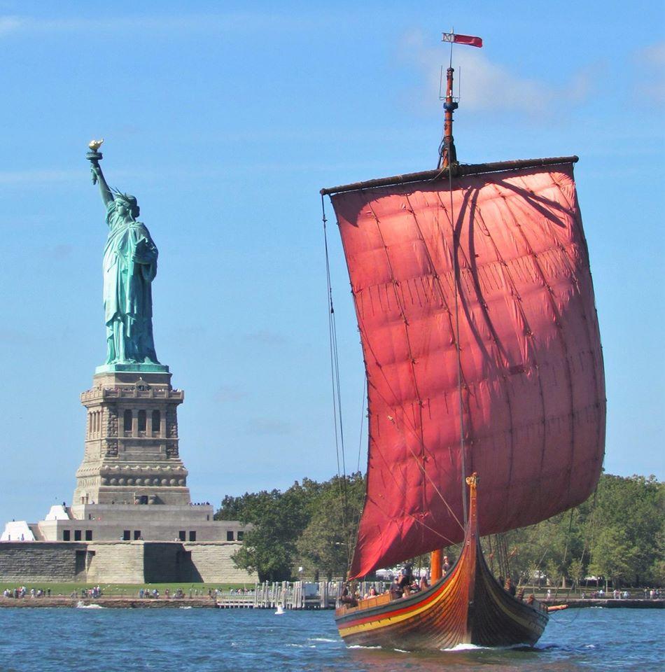 Draken Harald Hårfagre passerar Frihetsgudinnan i New York. Foto: Leif Easterson