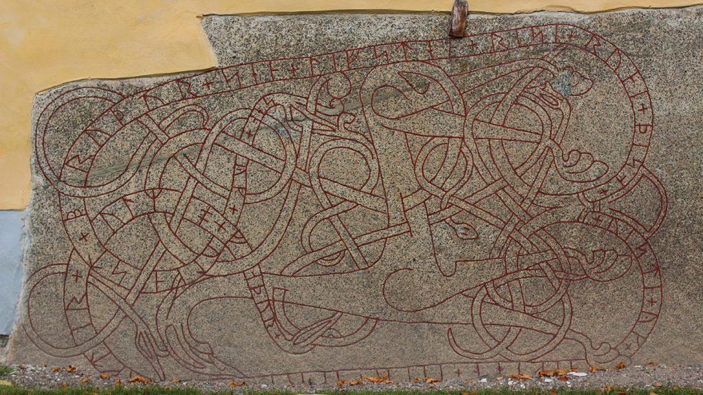 Runstenen vid sockenkyrkan i Sala. Foto: Einarspetz/Wikimedia CC-BY-SA-3.0