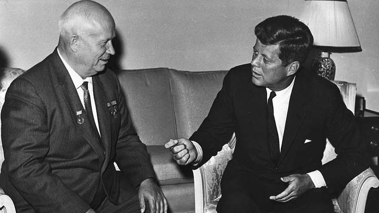 Nikita Chrusjtjov och John F Kennedy. Foto från John F. Kennedy Presidential Library and Museum, Boston.