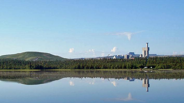 Sjön Sakajärvi med Aitikgruvan i bakgrunden. Foto: Skogsfrun/Wikimedia Commons CC BY-SA 3.0