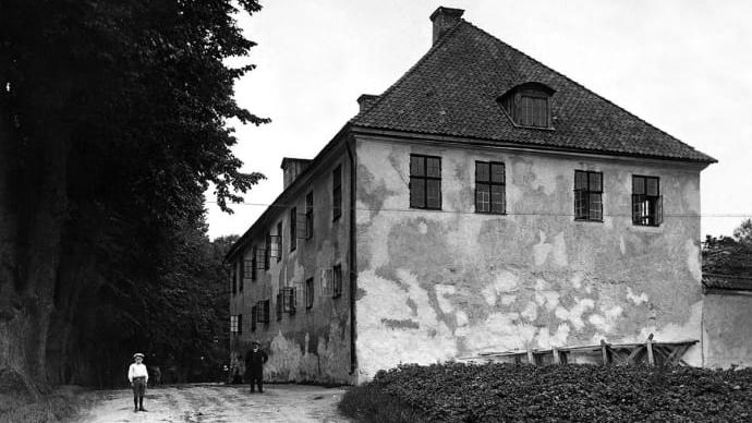 Utanför korrektionshuset på Nyköpingshusområdet, cirka 1900.