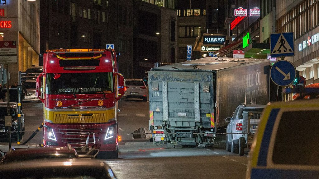 Lastbilen, som terroristen körde, fraktas bort under natten. Foto: Frankie Fouganthin (Wikimedia Commons CC-BY-SA-4.0)