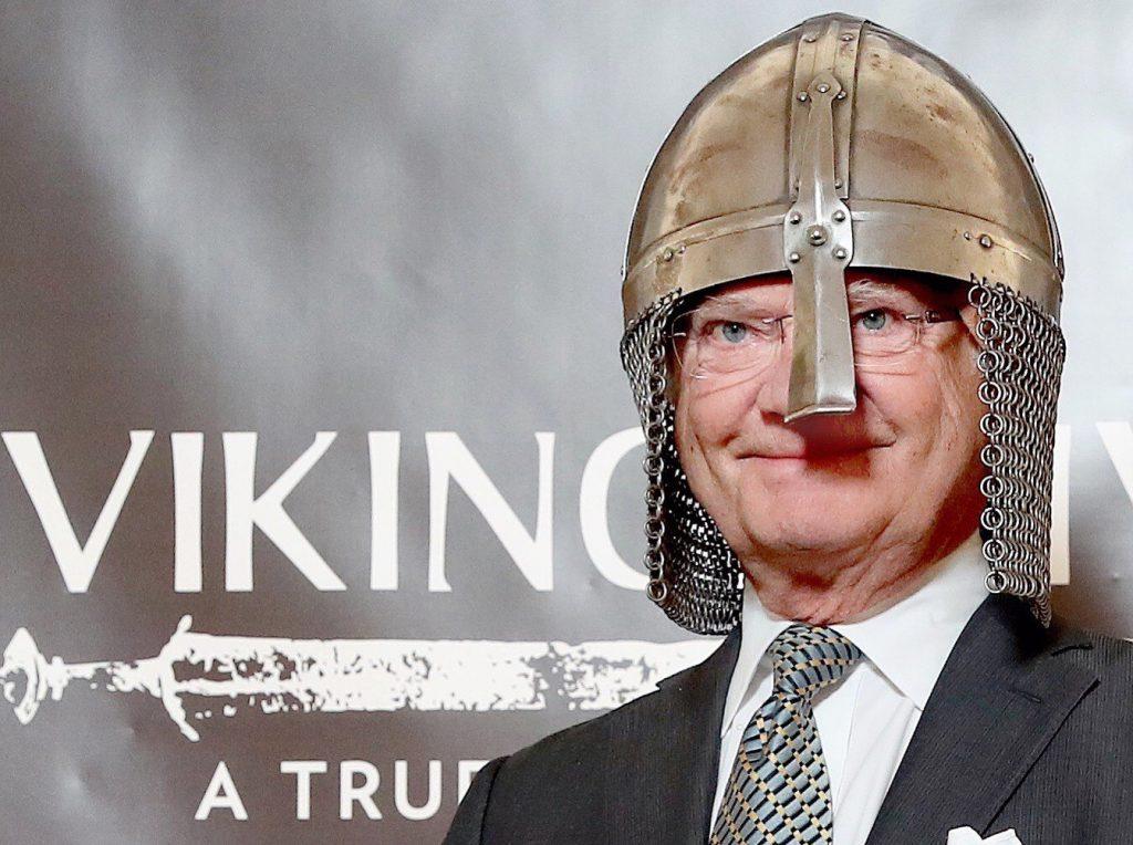 Kung Carl XVI Gustaf vid invigningen av museet Vikingaliv. Foto: Vikingaliv