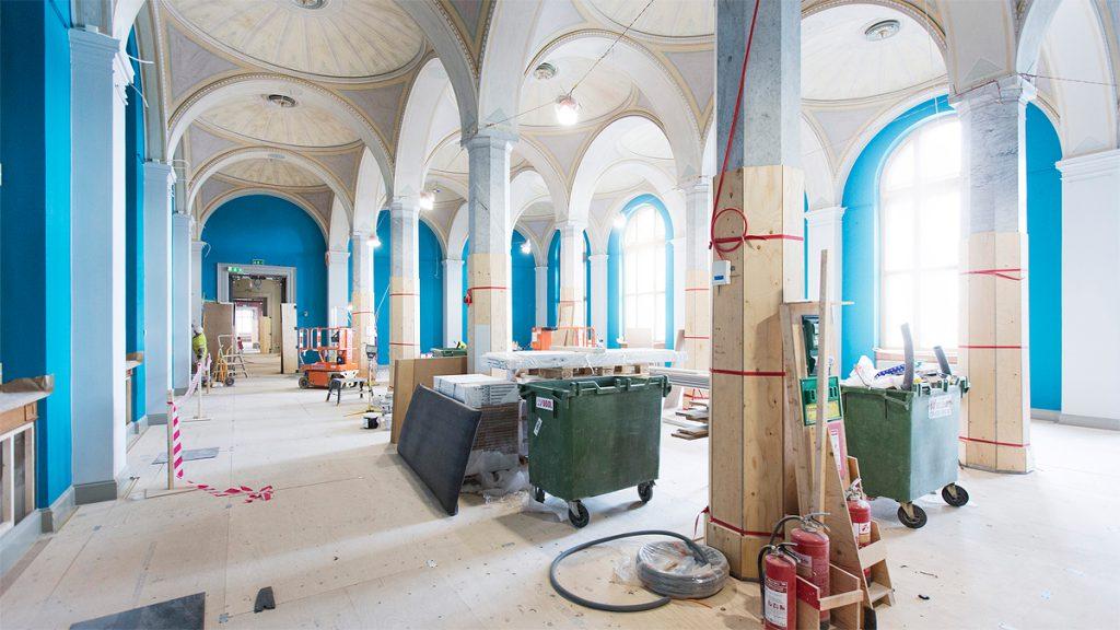 Ljuset flödar in i utställningssalarna efter att tidigare igensatta fönster ny öppnats upp. Foto Melker Dahlstrand