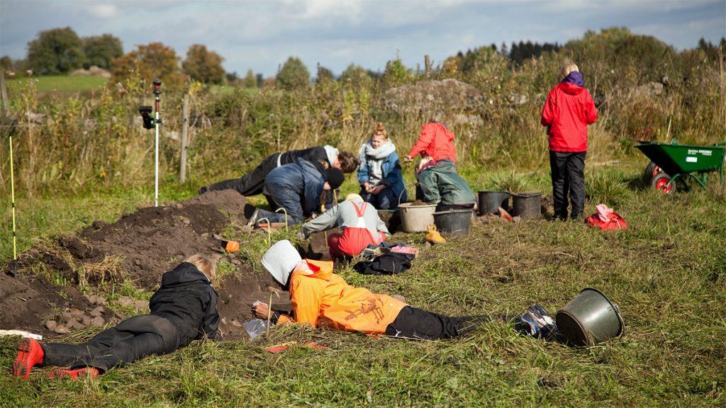 Studentgrupp vid utgrävning av boplats Karleby. Foto: Cecilia Köljing