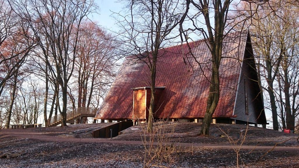 Kata gård har uppförts som ett arkeologiskt skydd över ett av Sveriges äldsta kyrkorum. Foto: Västergötlands museum