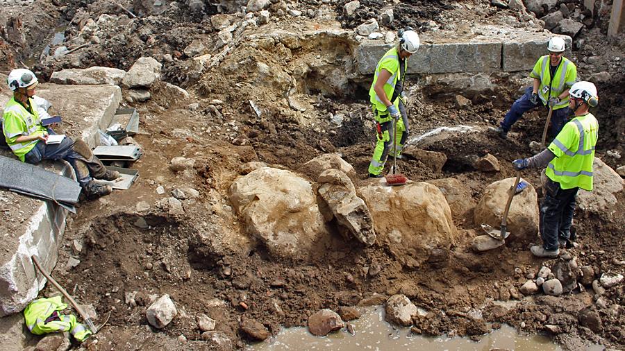Utgrävningen av muren. Foto: Arkeologikonsult