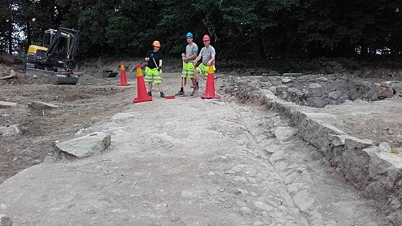 Den stenlagda vägen ned till Gamla Stångebro. Foto: Arkeologerna
