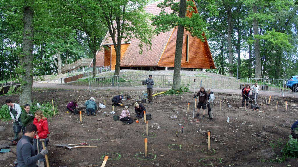 Studenter från Göteborgs universitet gräver vid Kata gård i Varnhem 2017. Foto: Maria Vretemark/Västergötlands museum