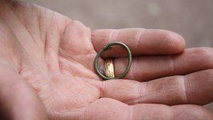 Vikingatida ring hittad i Varnhem i juni 2017.