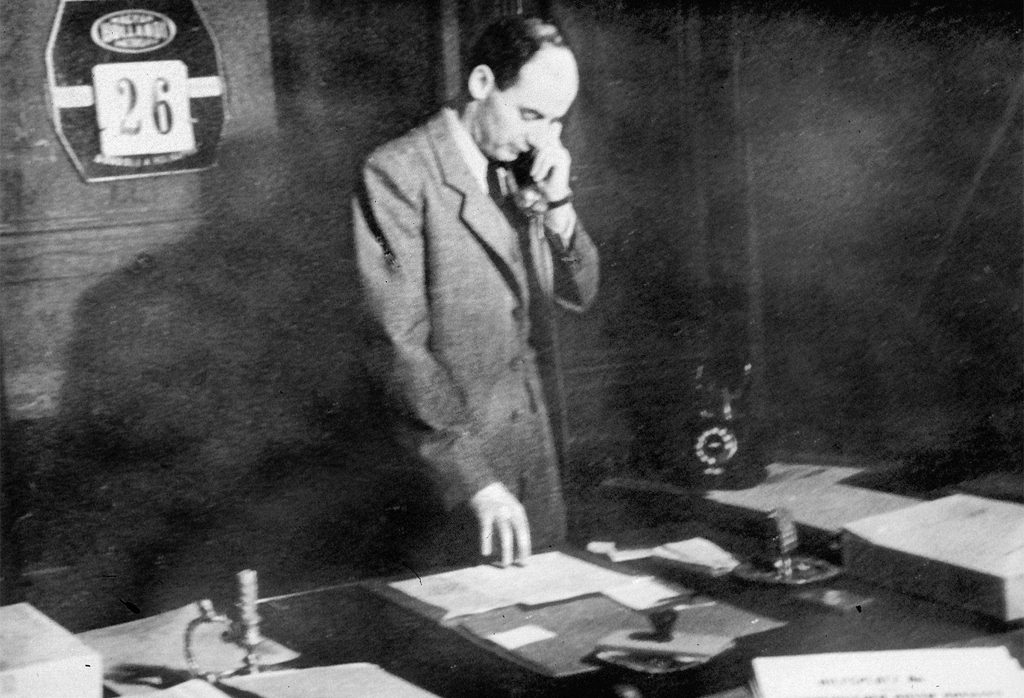 Raoul Wallenberg på sitt kontor på svenska legationen i Budapest. Foto: Pressens Bild