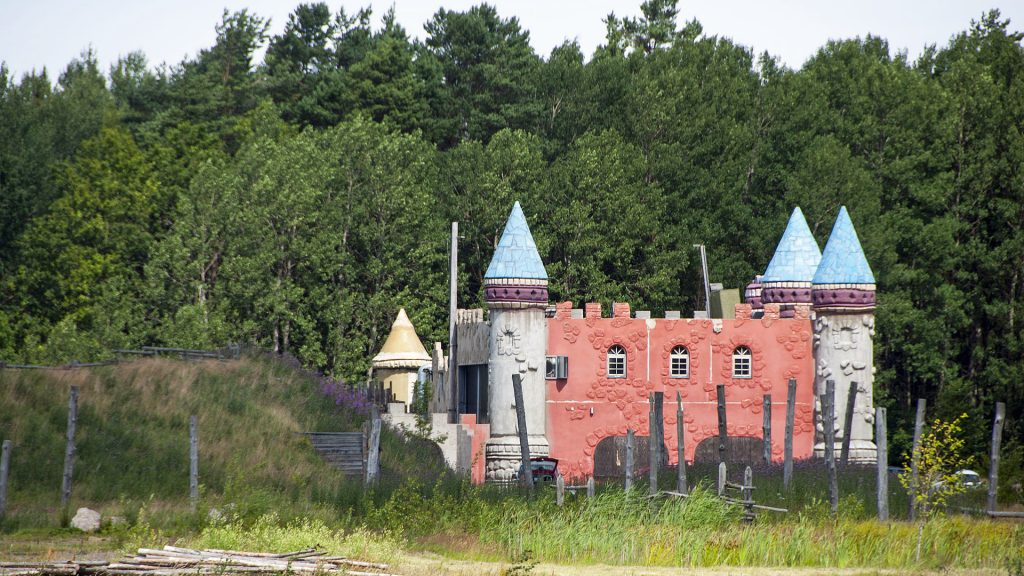 Borgen i det nedlagda Medeltidens värld 2015. Foto: I99pema (Wikimedia Commons CC-BY-SA-4.0)