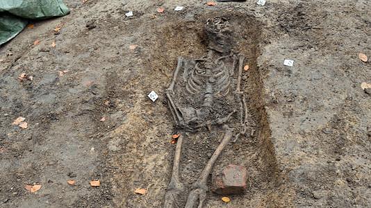 En av gravarna som undersöks på S:t Olofs gamla kyrkogård. Foto: Sydsvensk Arkeologi