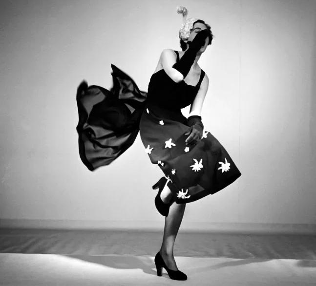 Exempel på modefotografi ur Nordiska museets samlingar. Studiofoto från 1950 där en livligt poserande modell visar klänning från varuhuset MEA. Foto: Sten Didrik Bellander/Nordiska museet