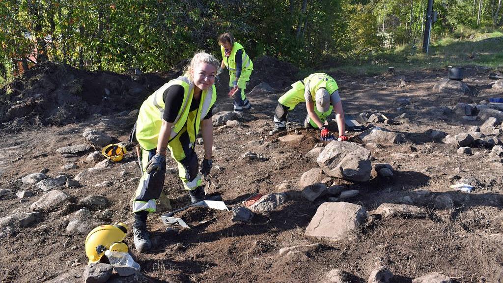 Arkeologer på utgrävningen i Sigtuna. Foto: Arkeologerna/Statens historiska museer