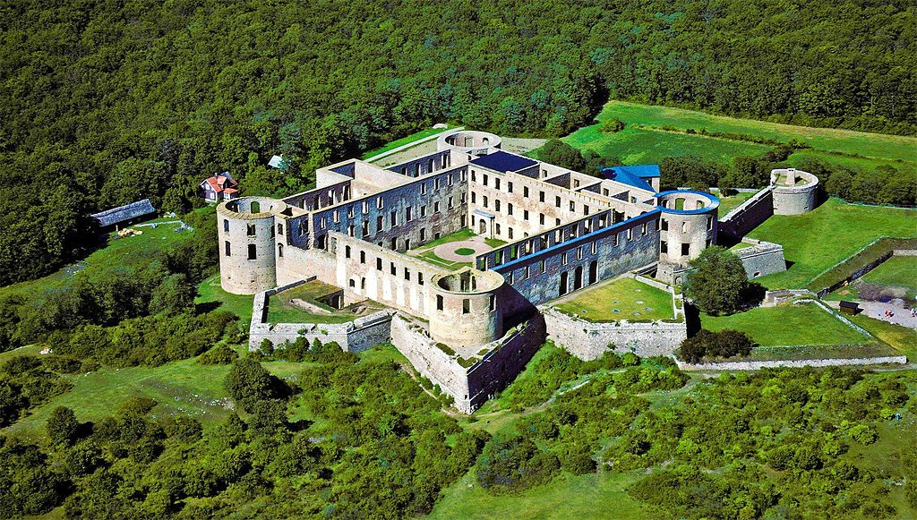 Borgholms slottsruin från luften. Foto: L.G.foto (Wikimedia Commons CC-BY-SA-4.0)