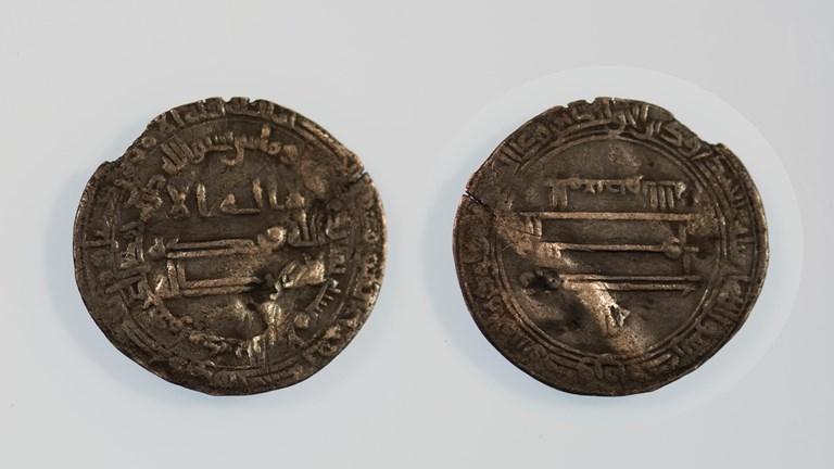 Arabiskt mynt hittat i Hejdeby. Foto: Johan Norderäng/Gotlands Museum