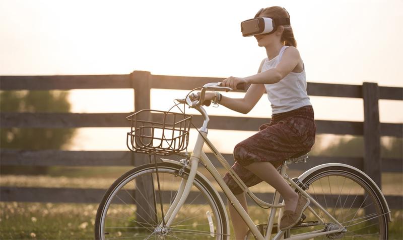 Flicka som cyklar med VR-glasögon. Foto: Ceren Salali