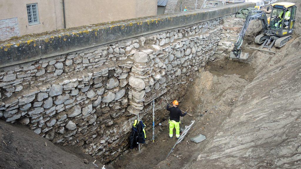 Utgrävning vid Kalmar slotts norra mur. Foto: Arkeologerna