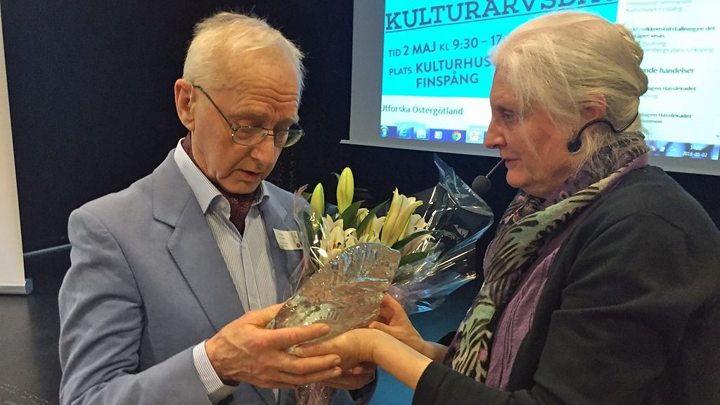 Pristagaren Arne Ivarsson och Östergötlands Arkivförbunds ordförande Ann-Kristin Eriksson. Foto: Östergötlands Arkivförbund