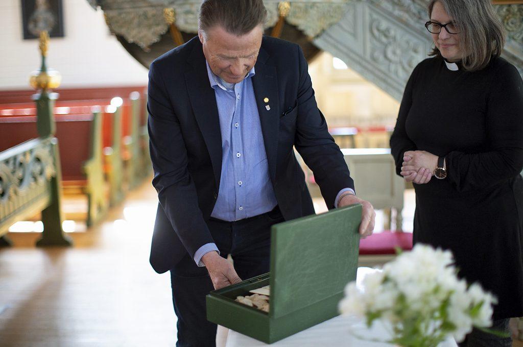 Bodens kommunalråd Inge Andersson öppnar skrinet i Arjeplogs kyrka. Foto: Fredrik Åström/Bodens kommun