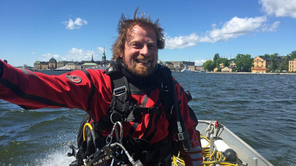 Marinarkeologen Jim Hansson utanför Skeppsholmen i Stockholm. Arkivbild: Statens maritima museer