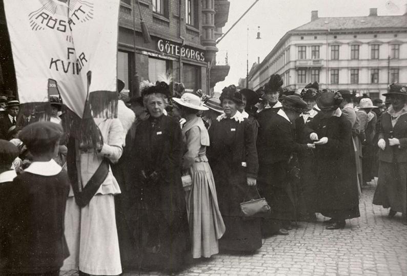 Ett demonstrationståg för kvinnorösträtten i Göteborg 1918. Ur Nordiska museets samlingar