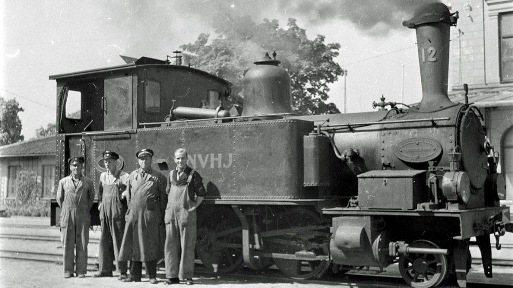 Personal framför ångloket NVHJ 12 vid stationen i Västervik, 1949. Foto: Birger Ekelid