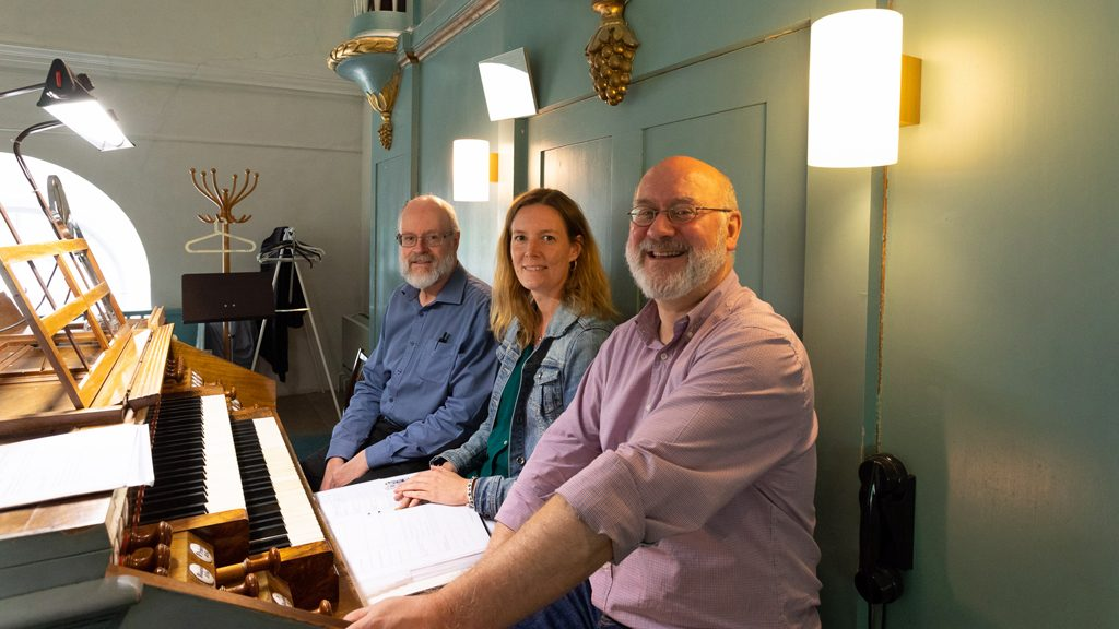 Anna Güthlein, stiftsantikvarie på Västerås stift, samt orgelinventerarna Carl-Johan Bergsten och Paul Peeters. Foto: Åke Paulsson