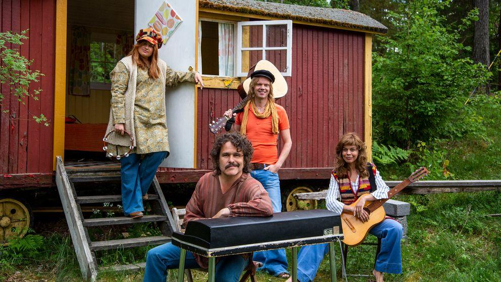 Kakan Hermansson, Olof Wretling, Erik Haag och Lotta Lundgren prövar livet som popgrupp i SVT:s nya serie Bandet och jag. Foto: Nexiko