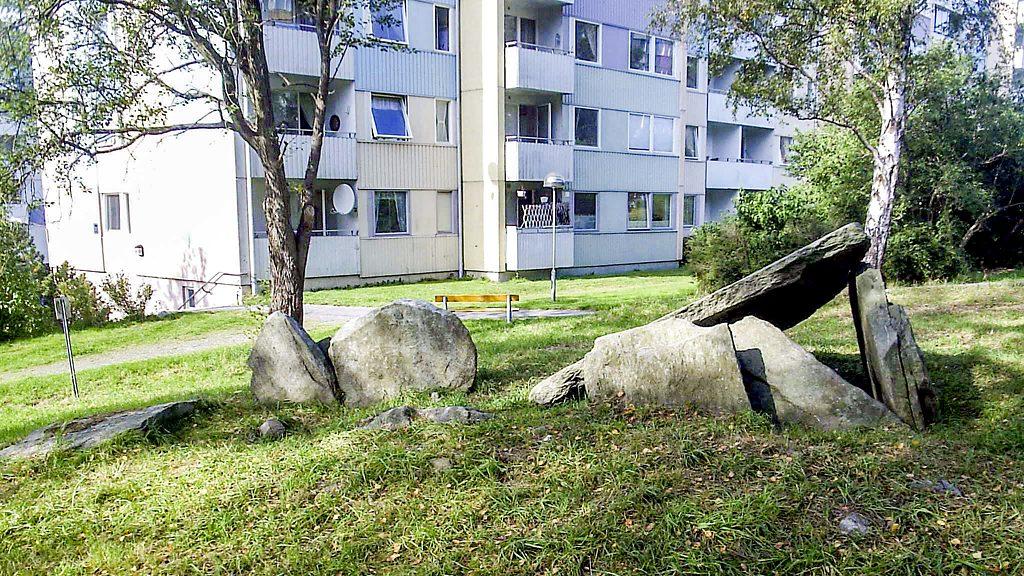 Hällkistan i Bergsjön. Foto: Harri Blomberg (Wikimedia Commons)