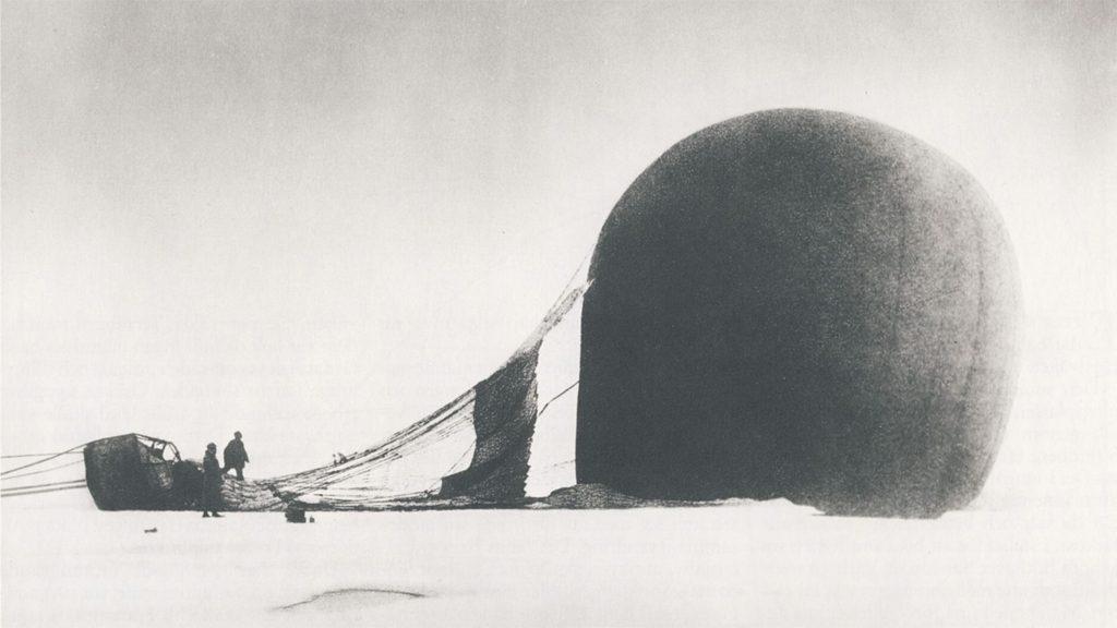 """Salomon August Andrée och Knut Frænkel vid ballongen """"Örnen"""" på packisen. Fotot togs av expeditionens tredje medlem, Nils Strindberg."""