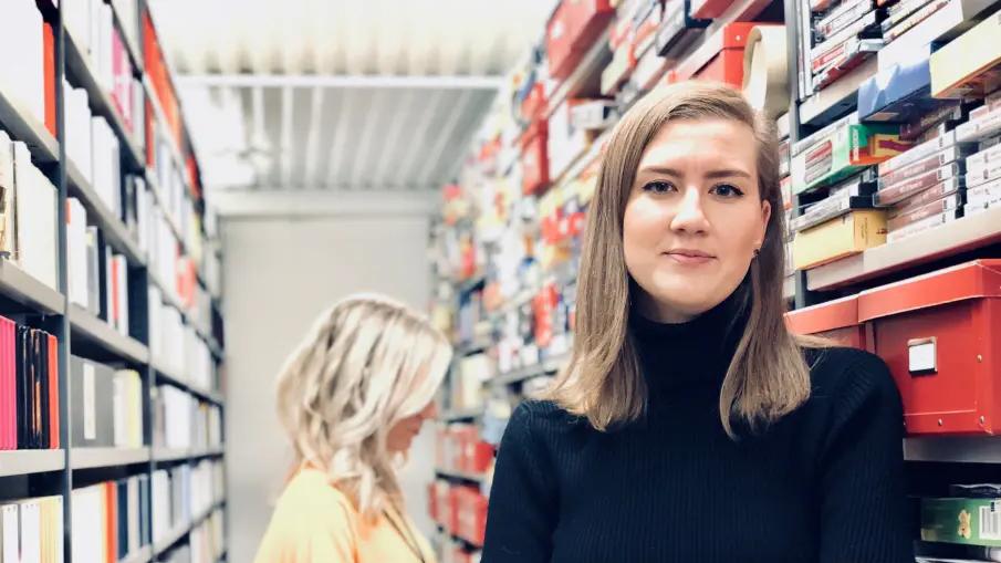 Daria Gerke, handläggare för KB:s spelsamlingar, i det underjordiska magasinet. Foto: Eric Eskilsson/KB
