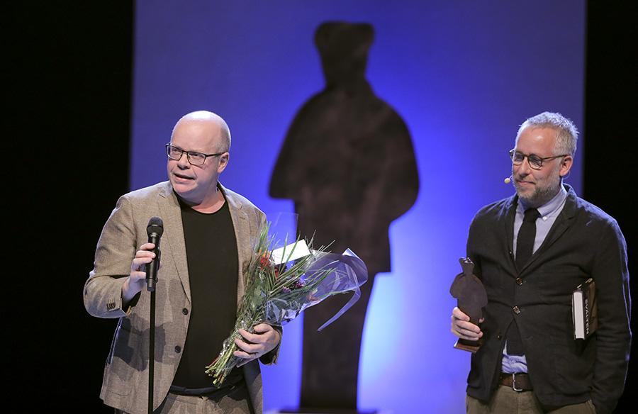 """Magnus Västerbro tilldelas Augustpriset i kategorin Årets svenska fackbok för """"Svälten"""". Foto: Sören Andersson"""