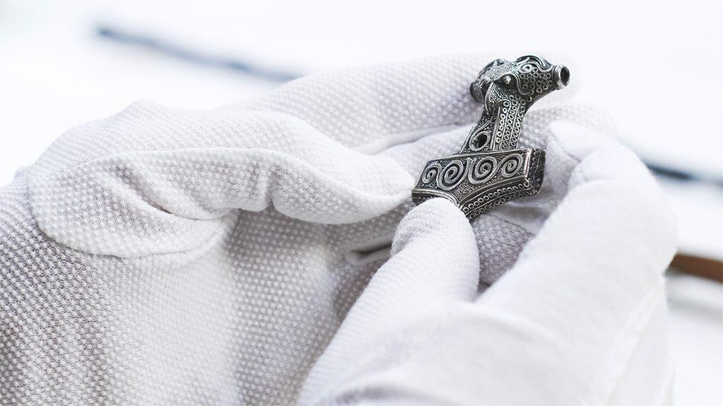 """Den så kallade """"Skånehammaren"""" från vikingatid. Foto: Ola Myrin/Statens historiska museer"""