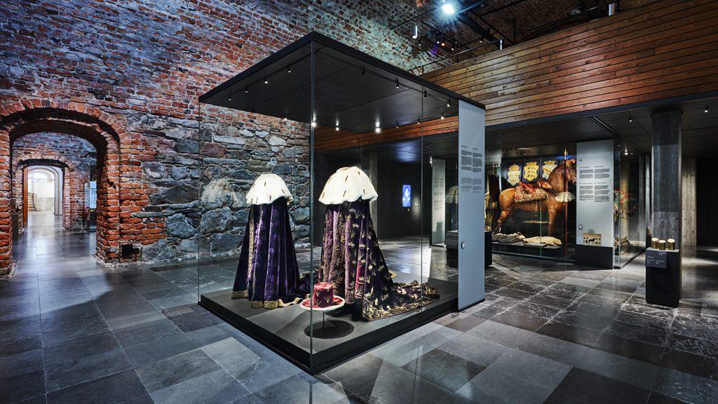 Kristinas kröningsmantel 1650 (till vänster). Foto: Erik Lernestål/Statens historiska museer