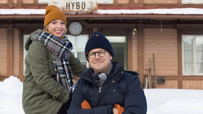 """Programledarna Erika Åberg och Rickard Thunér i """"Det sitter i väggarna"""". Foto: SVT"""