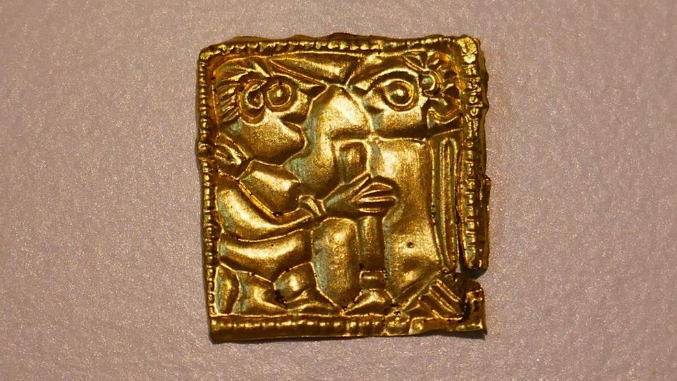 En av de nyfunna guldgubbarna från Västra Vång. Foto: Blekinge museum