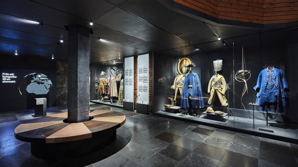 Karl XI:s rustning i romersk stil samt Karl XII:s och Fredrik I:s karolinska uniformer. Foto: Erik Lernestål/Statens historiska museer
