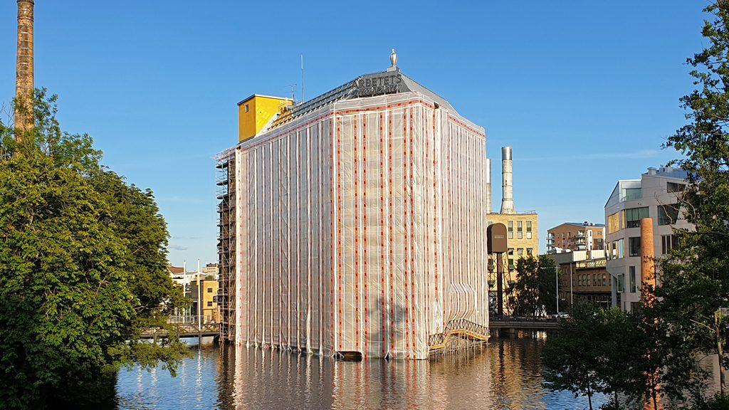 Fasadrenovering av Strykjärnet i Norrköping som blev byggnadsminne 1991. Foto: Peter Kristensson/Klingsbergs Förlag