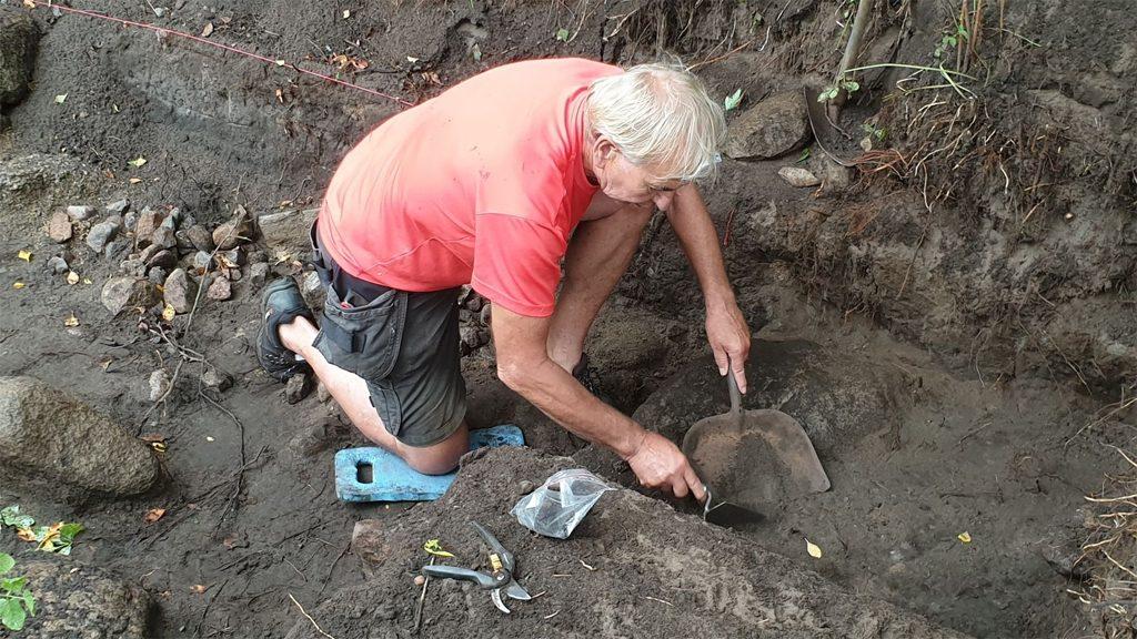 Volontär vid utgrävningen i Siretorp Foto: Marcus Bernhardsson